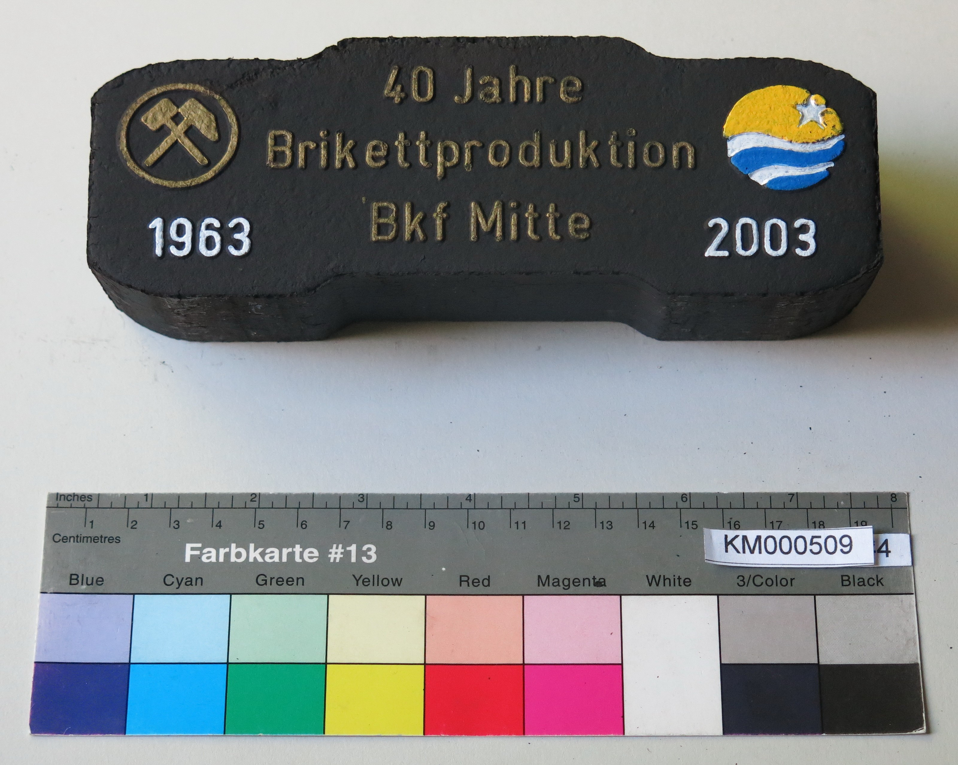 "Zierbrikett ""40 Jahre Brikettfabrikation Bfk Mitte 1963 2003"" (Energiefabrik Knappenrode CC BY-SA)"
